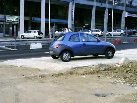 Ford Ka em cima do passeio